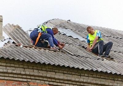Трещины в покрытии на крыше из шифера