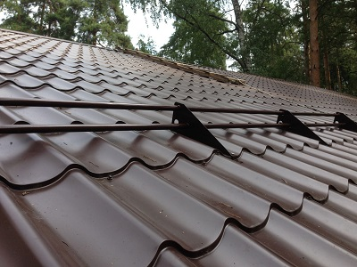 Монтаж снегозащиты на готовых крышах