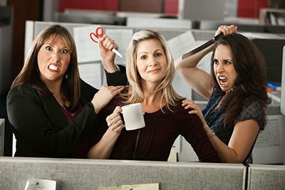 Как понять, что в коллективе к вам относятся недоброжелательно и как себя вести?
